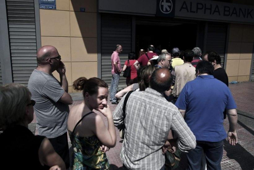 Kreeklased viivad raha sukasäärde:Pankadel on varsti raha otsas, kuigi Euroopa Keskpank otsustas omapoolset tuge jätkata