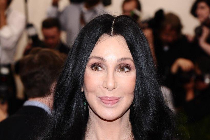 BOHEEMLASLIK: 69-aastane paljasjalgne Cher