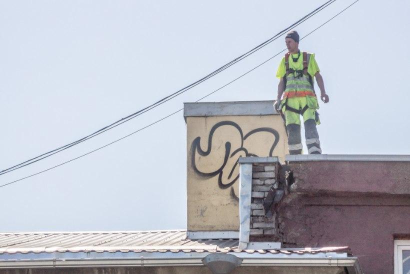 FOTOD   Vaatega suitsupaus viienda korruse katuse pragulisel serval - tavaline tööpäev?