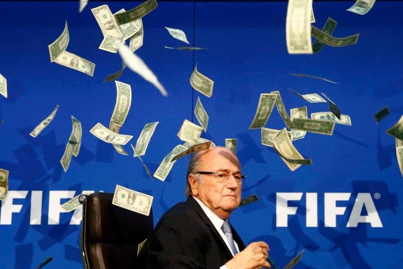 """Briti koomik """"ehtis"""" Sepp Blatterit hõljuva mängurahaga"""