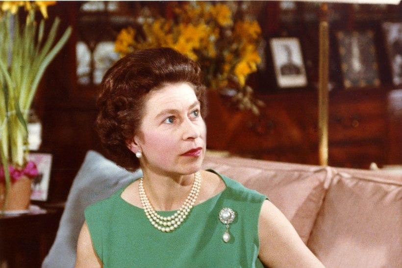 Elizabeth II teeb corgide pidamisega lõpparve