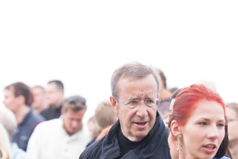 FOTOD   President Ilves tšillis koos poja ja tütrega folgil