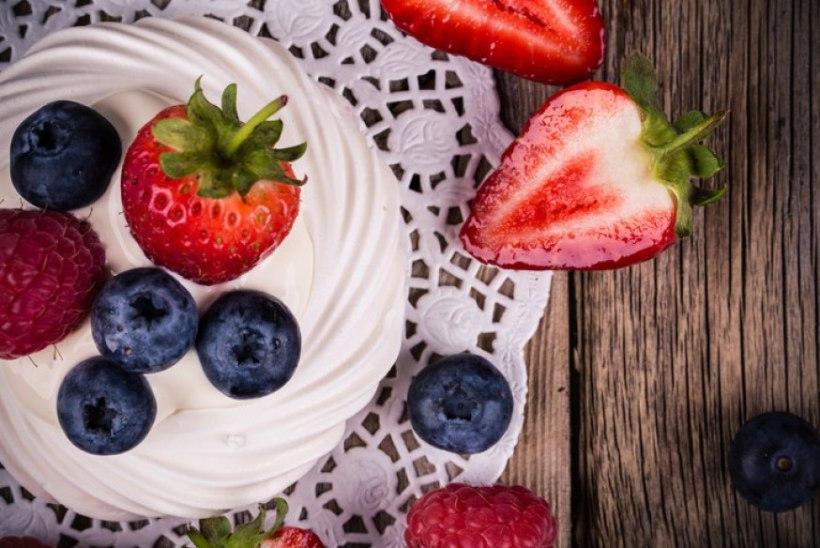 SUVINE MAGUSTOIT: suus sulav krõbe besee magusate maasikatega
