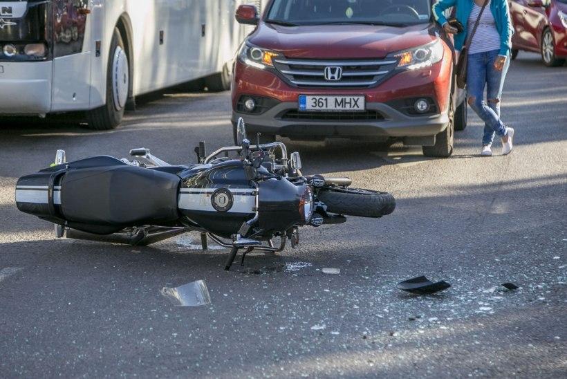 FOTOD | Liivalaial taksoga kokku põrganud mootorrattur viidi raskete vigastustega haiglasse