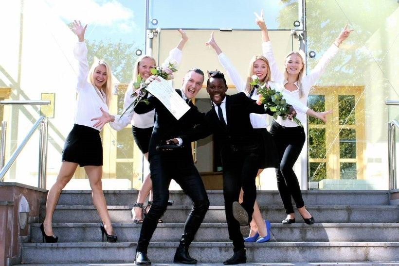FOTOD   Briti suursaatkonnas Tallinnas sõlmiti esimene samasooliste abielu