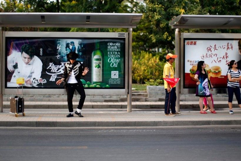 MAA NEELAB: bussipeatuses neelas maa inimesed alla