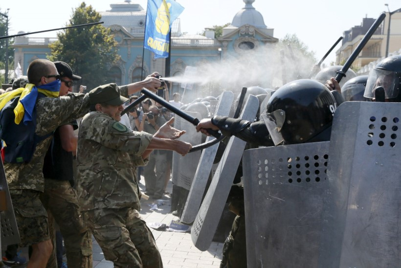 VIDEO JA FOTOD | Ärevad sündmused Kiievis: Parem Sektor lõhkas Ülemraada ees granaadi