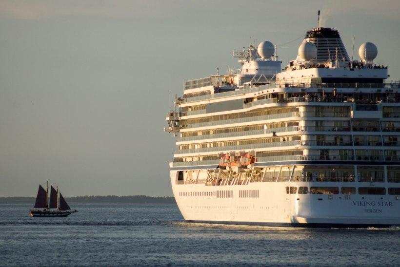 GALERII | Katkine kruiisilaev pukseeriti lõpuks minema