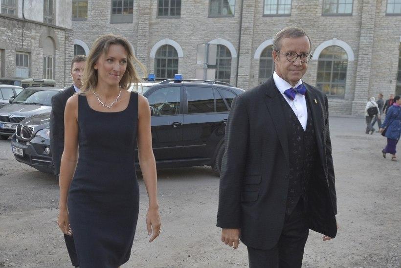MÄRGATUD: presidendi kaaslanna Ieva Kupce kandis Pärdi kontserdil kaelas Eesti disainehet