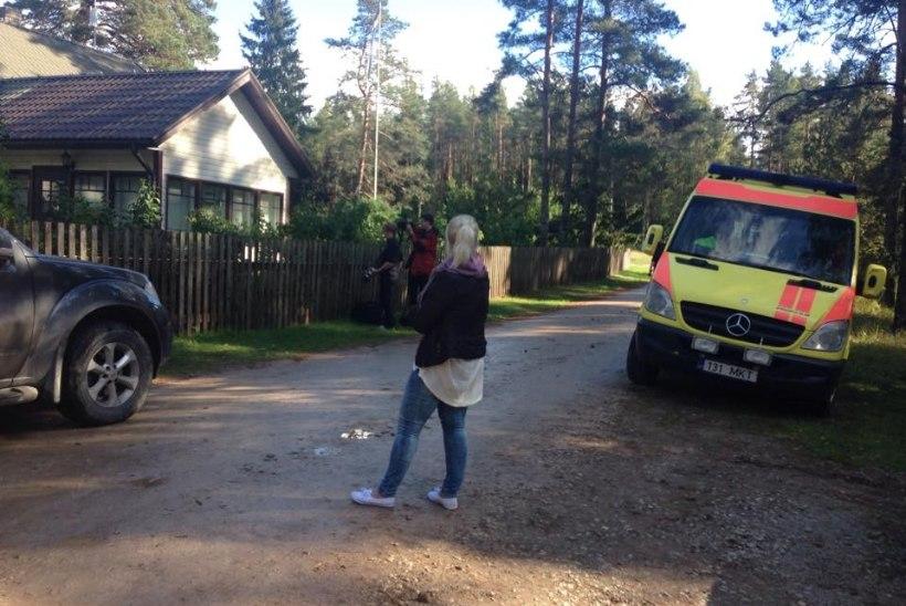 FOTOD HUNDISILMALT   Kinni peetud Edgar Savisaar viibib kodutalus, kohale on kutsutud ka kiirabi
