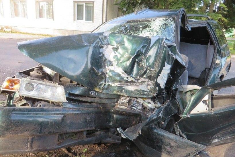 FOTOD | Mustvees hukkus autoga vastu puud sõitnud mees