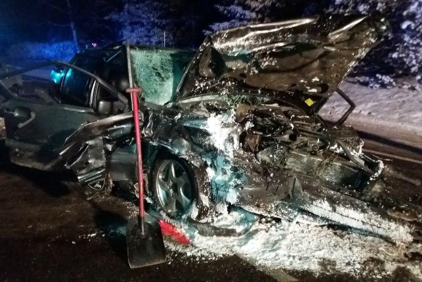 FOTOD JA VIDEO | Viljandimaal põrkasid kokku kolm sõiduautot, neli inimest sai viga