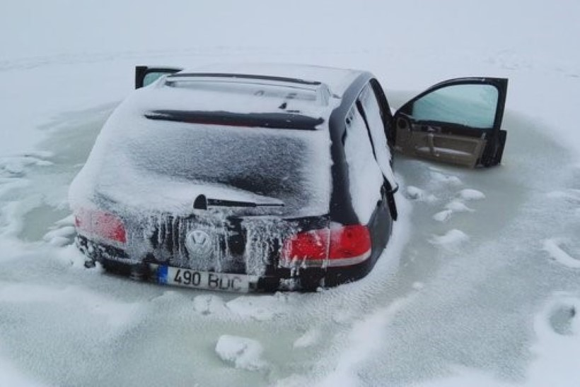 FOTO | Haapsalus Rohuküla sadama juures vajus auto läbi jää