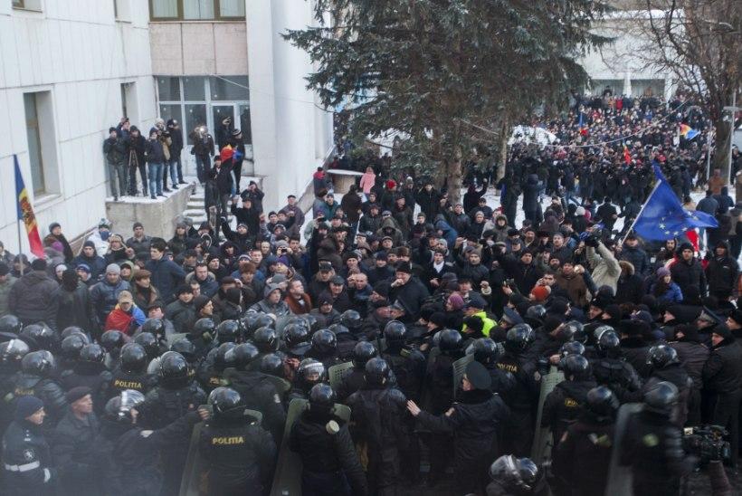 VIDEO | Moldaavias tungisid venemeelsed protestijad parlamendihoonesse