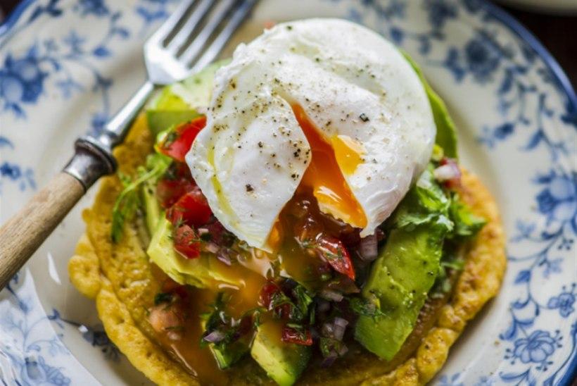 Hernejahust hommikusöögipitsa uputatud muna ja avokaadoga