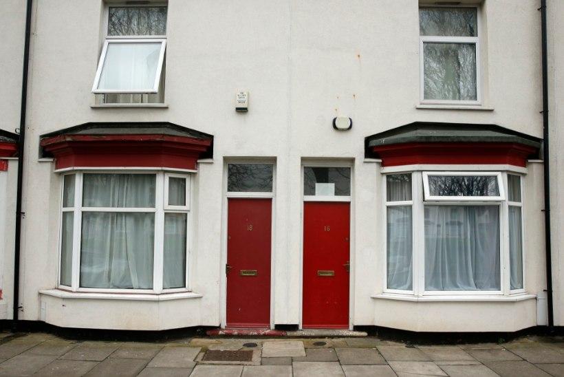 Inglismaa linnas tähistab punane uks varjupaigataotlejat