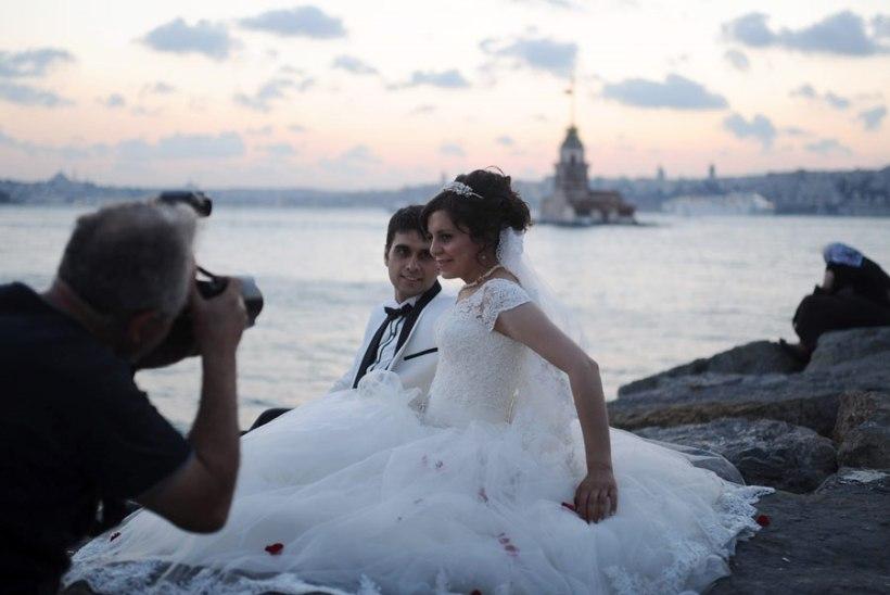 Türgi usumehed: kihlatud paarid ei tohi käest kinni hoida ega kahekesi olla