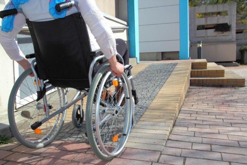 Rootsis vägistasid kuus põgenikku  ratastoolinaise