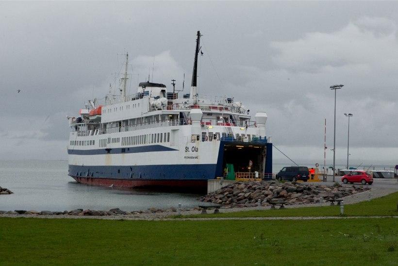 OOTAJAD JÄID PIKA NINAGA! Heltermaa sadamas lõpetati piletimüük