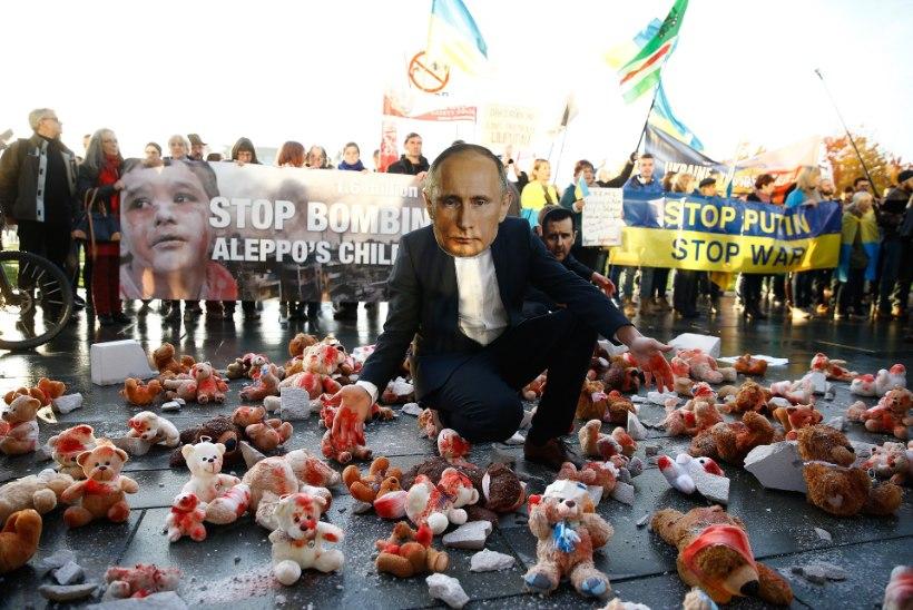 Meeleavaldajad ootasid Putinit Berliinis veriste mängukarudega