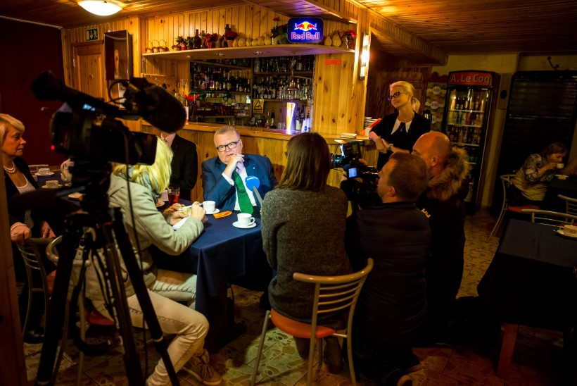 KONGRESSI EELMÄNG: Savisaar lustis toetajatega Tapa kohvikus