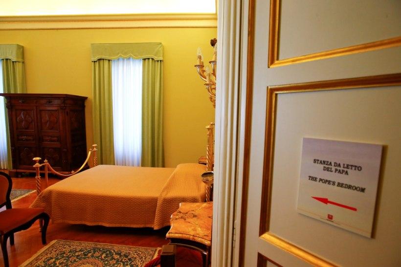 GALERII   Paavst Franciscus lubab jumala maapealse asemiku magamistuppa piiluda