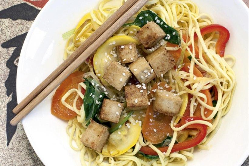 Lihtne köögivilja-munanuudlivokk marineeritud tofuga