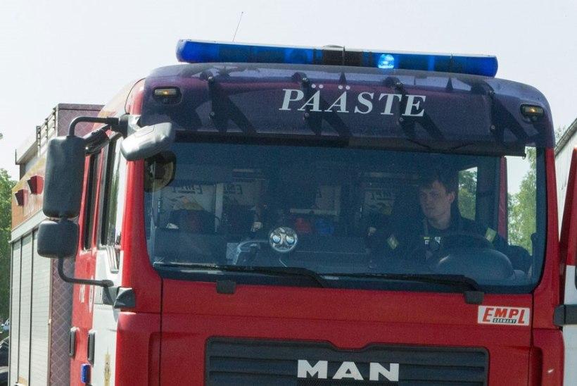 Tallinnas Ehitajate teel päästsid päästjad eaka liikumisraskusega mehe ja joobes perepoja