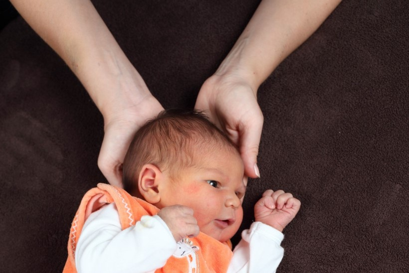 Isa tagus nutvat imikut pähe. Nüüd on tütar eluaegne voodihaige
