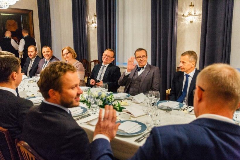 FOTOD | Ametist lahkuv president võõrustas valitsusliikmeid Kadriorus õhtusöögiga