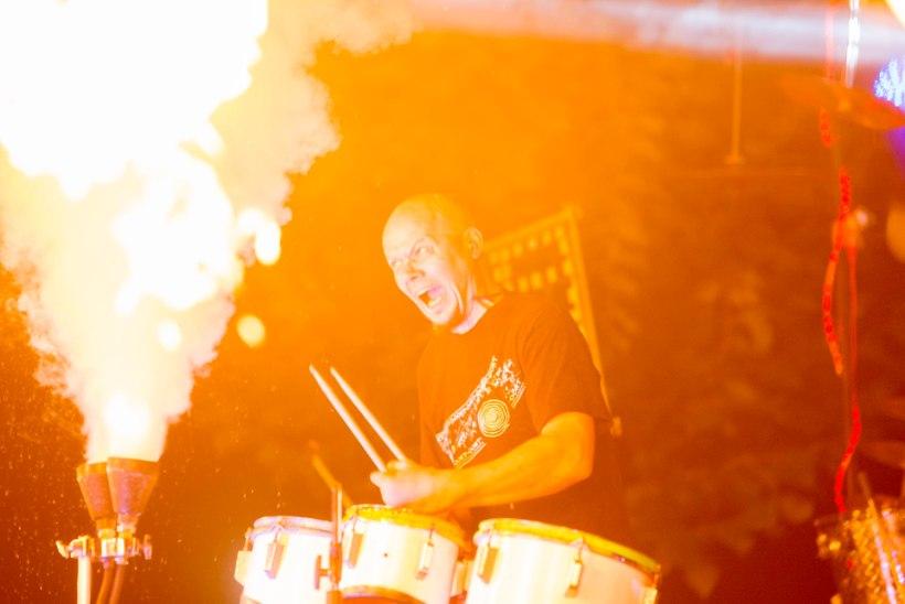 Peeter Jõgioja bändid: palju sülti ja diskot ja rokki ja lendavaid trumme
