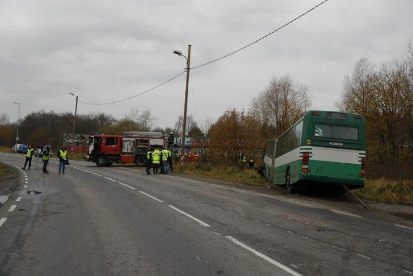 ÕHTULEHE VIDEO JA FOTOD ÕNNETUSPAIGALT | Laagna teel hukkus sõiduauto ja bussi kokkupõrkes 20aastane juhtimisõiguseta noormees