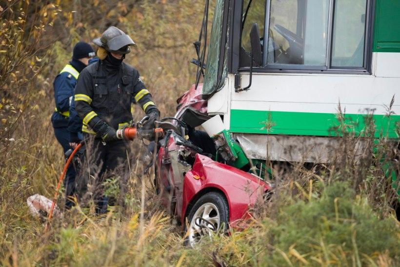 20aastane nooruk hukkus, kui kihutas bussi alla sõiduautoga