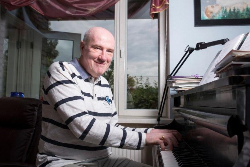 Olav Ehala improviseerib klaveril tummfilmi taustaks