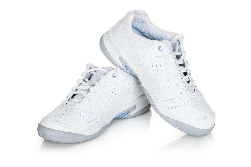 5 võimalust, kuidas hoida erksa ja värskena valgeid jalanõusid