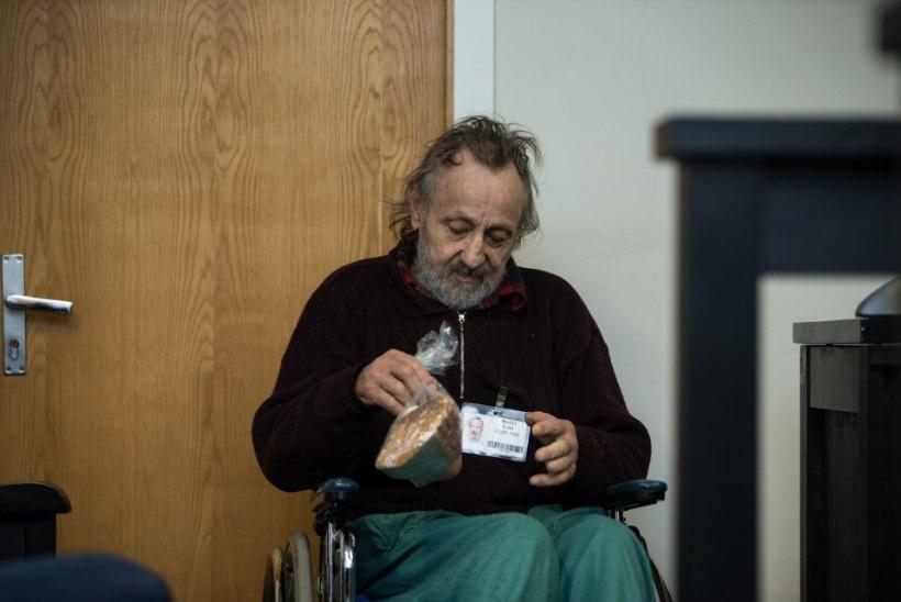 RÄNK SÜÜDISTUS: ratastoolis pensionär peksis täisjõus mehe kepiga surnuks