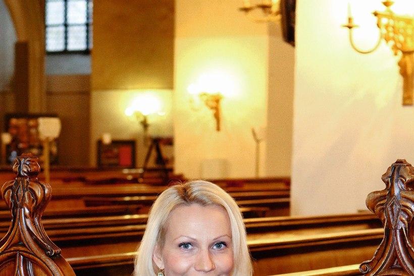 Ooperilaulja Helen Lokuta usub, et kaartide panek ja hingede väljakutsumine on patt