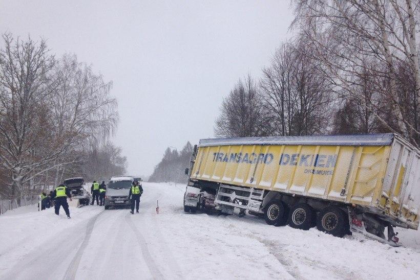 FOTOD SÜNDMUSKOHALT   Pärnumaal sai surma veokiga kokku põrganud sõiduauto juht