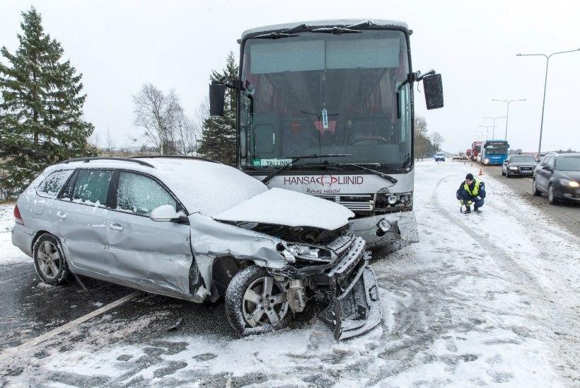 ESIMESE LIBEDUSE LIIKLUSÜLEVAADE: paarsada plekimõlkimist ja teelt väljasõitu, kümmekond tõsist avariid