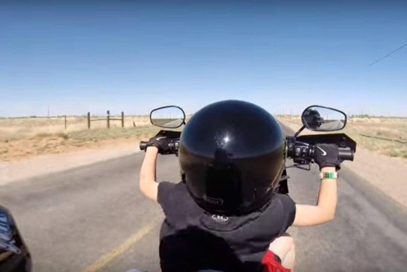 LASTEKAITSJATE ÕUDUSUNENÄGU: kuueaastane klutt juhib suurel kiirusel isa Harley-Davidsoni