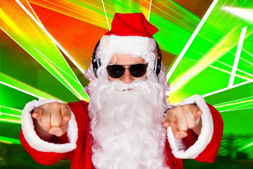 VÄHEKE MEELELAHUTUST: tantsivad jõuluvanad loovad meeleolu