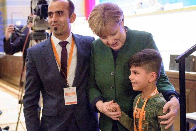 VIDEO | Afgaani poiss tänas pisarsilmi Merkelit