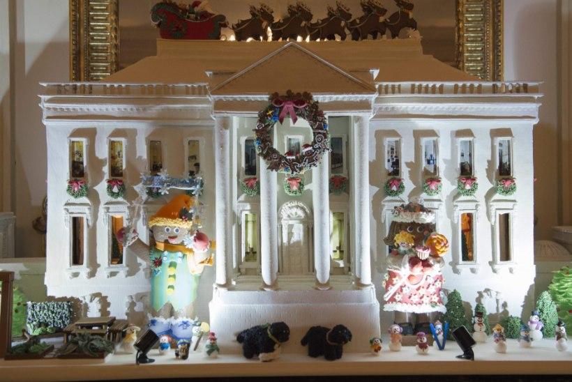 GALERII   Legod, lumememmed ja hiigelsuur piparkoogimaja: Obamad näitavad viimast korda Valge Maja jõulukaunistusi