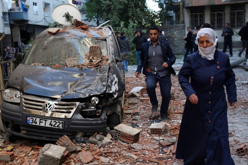 FOTOD   Türgis plahvatas autopomm, surma sai üks ning vigastada vähemalt 30 inimest