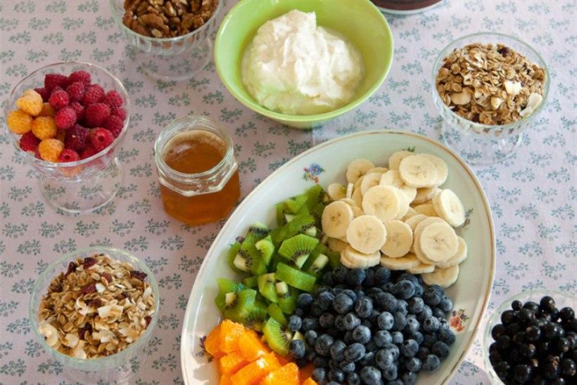 Vabad käed teemal jogurt ja müsli