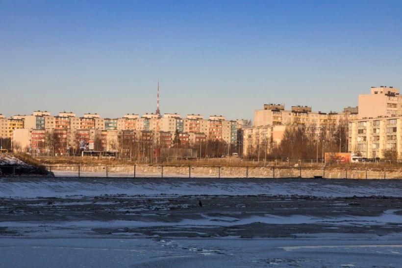 Tennisekeskuse ümmargustest akendest paistab lumine linn