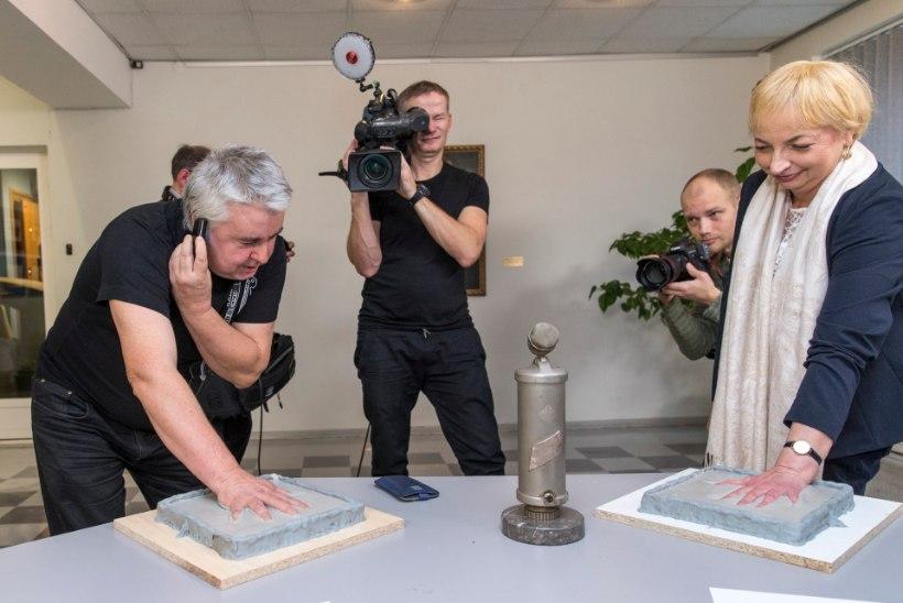 Tõnis Erilaid kutsuti sõjaväkke mikrofoni tagant, Riina Eentalu roomas mikrini leinajate jalge vahelt
