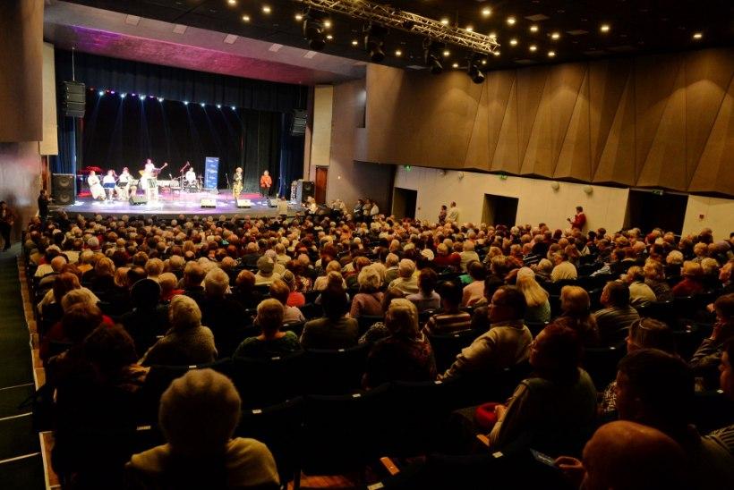Saalitäis narvalasi lustis Yana Toomi korraldatud aastavahetuskontserdil