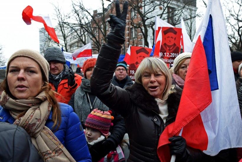 Poolakad võitlevad valitsuse vastu