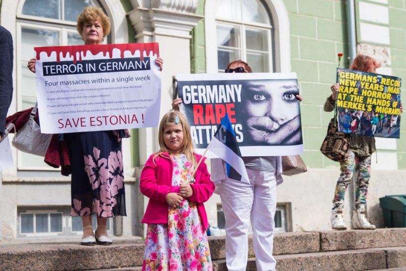 GALERII | EKRE toetajad protestivad Merkeli vastu: Saksamaa teeb hullusi ees ja meie teeme järele